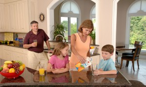 family-drinking-orange-juice-619144_1280