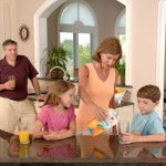 family-drinking-orange-juice-619144_1280